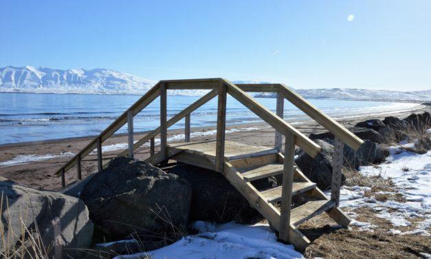 Göngubrú yfir varnargarðinn niður á Sandinn við Dalvík