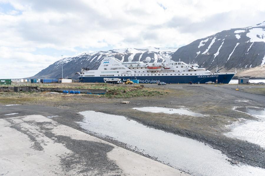 Af hverju er skemmtiferðaskipið Ocean Diamond látið liggja við Óskarsbryggju?