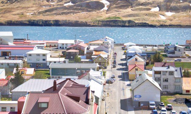Aðalgötu á Siglufirði lokað