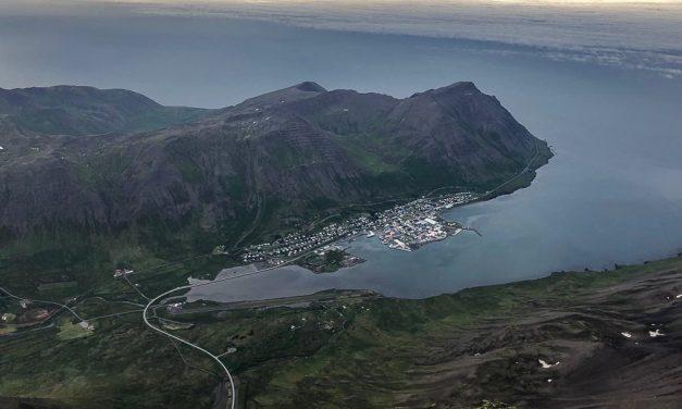 Flaug yfir Siglufjörð í sögulegu sjúkraflugi