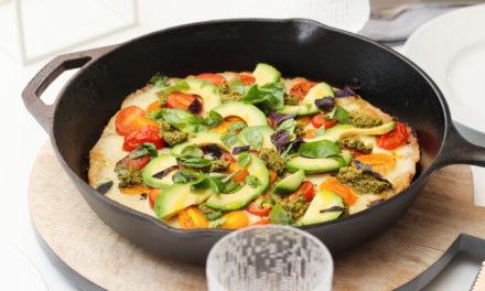 Hvít pizza með tómötum, avokadó, pestó og basiliku