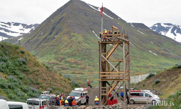 Strákar reistu klifurturn ofan við Hlíðarrípil á Siglufirði