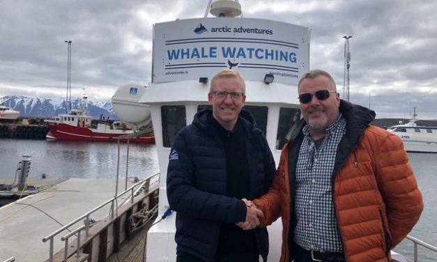 Fiskidagurinn Mikli og Arctic Adventures undirrituðu samning