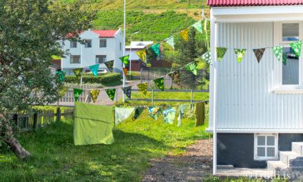 Byrjað er að skreyta í hverfalitunum á Siglufirði