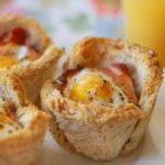 Fylltar brauðskálar með eggjum og beikoni