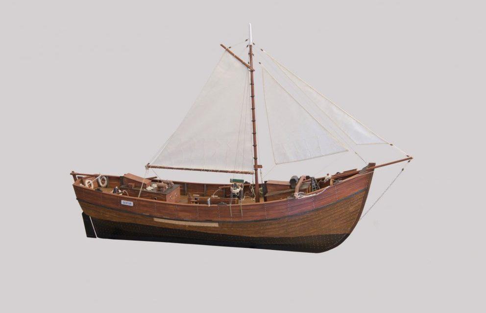 Njörður S Jóhannsson afhendir Pálshúsi skipamódel