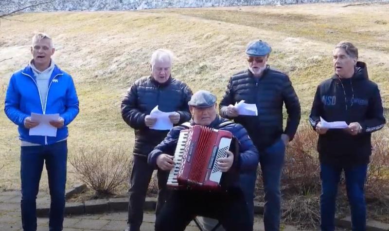 Sungið og spilað fyrir íbúa Skálarhlíðar
