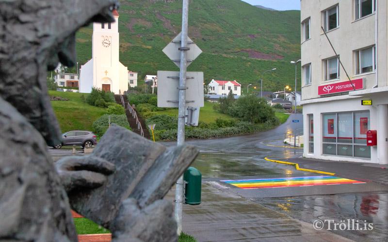 Gangbrautir í Fjallabyggð málaðar í regnbogalitum
