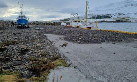 Óveðursskemmdir á Hauganesbryggju